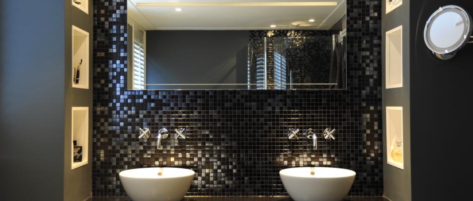 Badkamer-mozaiek-zwart-zilver-strak